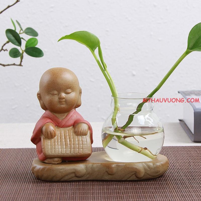 Hình ảnh tượng chú tiểu ngồi thiền trồng cây thủy canh trang trí bàn làm việc